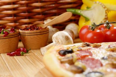 桌上的披萨