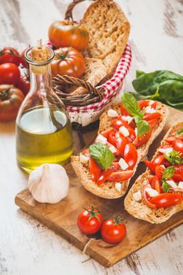意大利首次置业,西西里红色新鲜番茄和 m 法棍