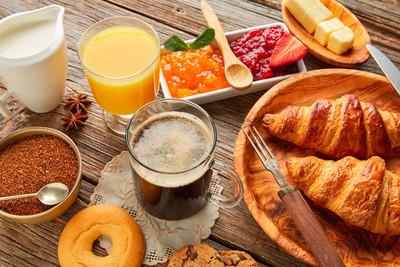 欧式早餐牛角面包咖啡橘汁