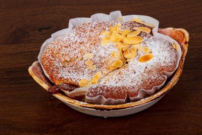 海绵蛋糕甜点在盘子里