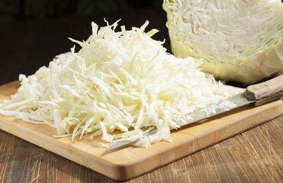 切碎的白菜带上砧板和卷心菜头部的