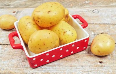红色托盘中的原料马铃薯