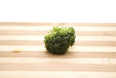 新鲜绿色花椰菜木制板上
