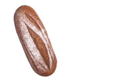 在白色背景上孤立的黑麦面包