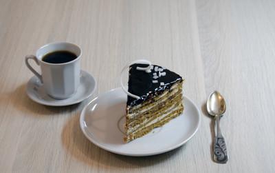 巧克力蛋糕上板和一杯咖啡用勺子