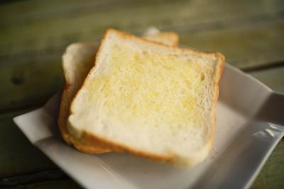 黄油烤面包上白盘子里