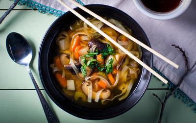 亚洲面条碗蔬菜汤
