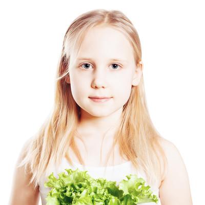 绿色蔬菜,健康饮食的让步的青少年女孩的肖像