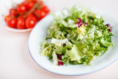 在板上的绿色沙拉