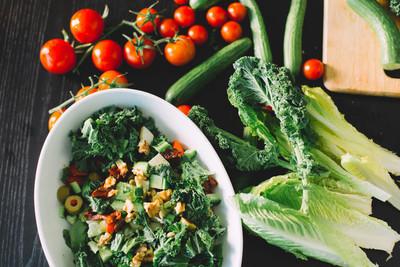 绿色蔬菜沙拉和新鲜配料, 健康食品