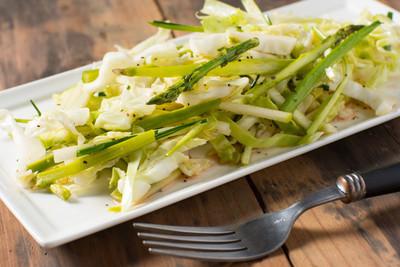 板的芦笋卷心菜卷心菜沙拉