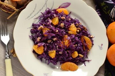 沙拉配红卷心菜、 橘子、 坚果
