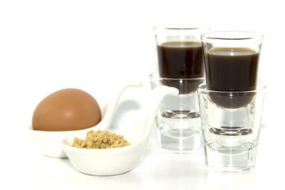 健康的早餐咖啡粒与蛋设置