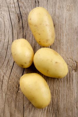 生马铃薯质朴的桌子上