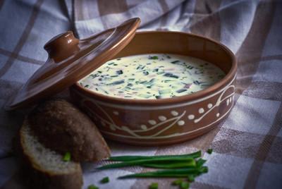 冷汤绿洋葱和面包