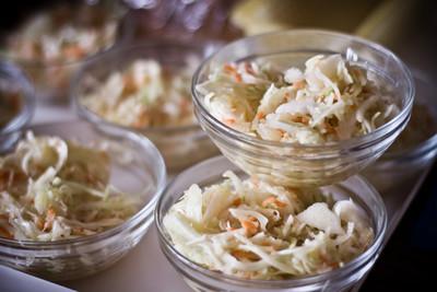 食品卷心菜沙拉碗里