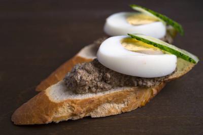 肝酱配烤面包上圆板