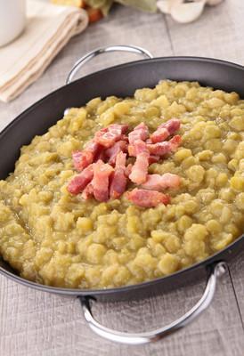 煮熟的豌豆和培根