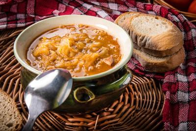 传统的俄罗斯酸白菜汤