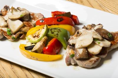 猪排烤的蔬菜和蘑菇