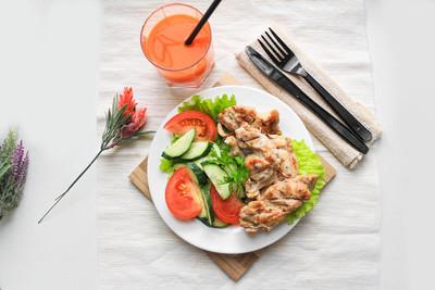 炸鸡和生菜