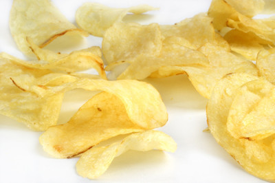 几个马铃薯片光背景上