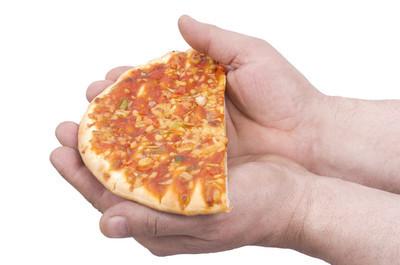 披萨在手中的一半