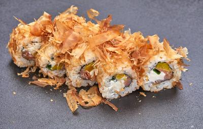 在灰色背景的寿司堆, 特写