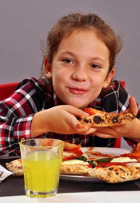 女孩吃披萨