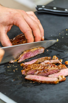 厨师切片烤的猪排