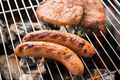 烤的香肠,火红的烤架上猪排