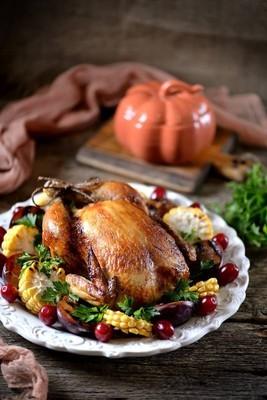 玉米、 梅花、 山茱萸和欧芹感恩节烤的鸡
