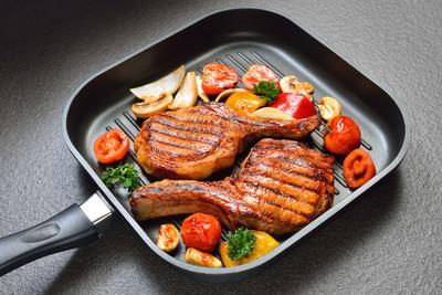 在烤盘上烤的猪排果蔬
