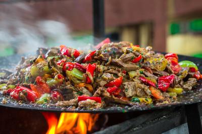 用火烧烤食物牛肉 bbq 酱番茄与烤蔬菜