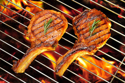 火红的烤架上烤的猪排