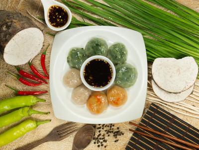 蒸的饺子塞满了韭菜和芋头和竹
