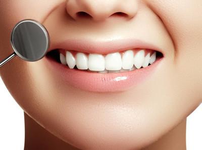 女人的微笑。健康的白女人的牙齿和牙医的口腔镜特写。牙科卫生, 口腔护理概念。牙科用牙工具检查。牙齿美白。口腔医学概念