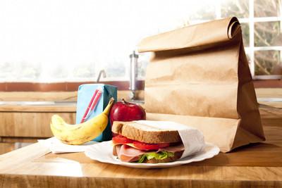 健康的学校午餐与棕色包