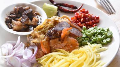 考 Kluk 甲比或虾膏泰国炒饭