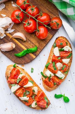 樱桃番茄和干酪法棍
