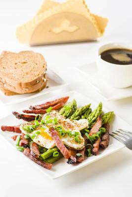鸡蛋和培根芦笋