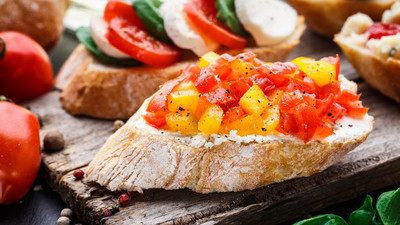 切碎的西红柿、 草药和油法棍
