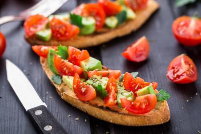 番茄,牛油果和草药法棍