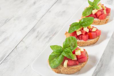西红柿、 奶酪和罗勒法棍