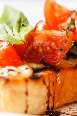 番茄、 干酪和罗勒法棍