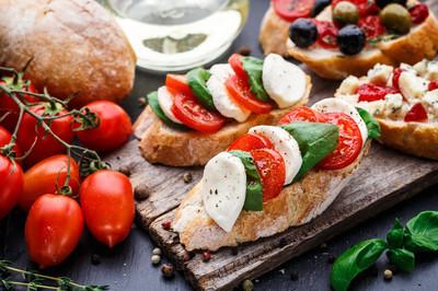 西红柿、 芝士和罗勒法棍