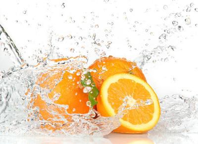 橙色水果和泼水