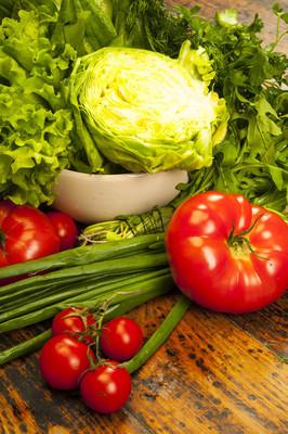 西红柿和卷心菜的新鲜青菜