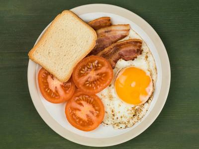 培根鸡蛋和番茄的早餐食品