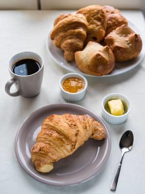 欧式早餐带法式牛角面包, 黄油, 果酱, 黑色